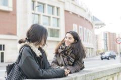 Parler riant d'amie de la femme deux Photographie stock