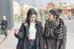 Parler riant d'amie de la femme deux Photographie stock libre de droits