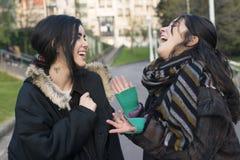 Parler riant d'amie de la femme deux Image libre de droits