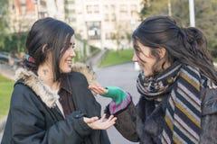 Parler riant d'amie de la femme deux Photos libres de droits