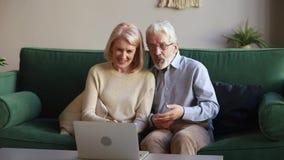 Parler riant de vieux couples heureux faisant l'appel visuel regardant l'ordinateur portable clips vidéos