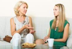 Parler sérieux de mère et de fille Image stock