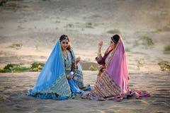 Parler se reposant du ` s de femmes de Perse ou de l'Iran joyeux et détendre sur SA Image libre de droits