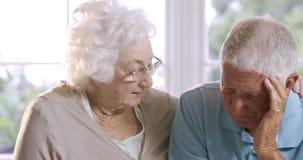 Parler supérieur inquiété de couples clips vidéos