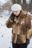 Parler sur le mobile en hiver Photo libre de droits
