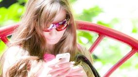 Parler sur le téléphone portable banque de vidéos