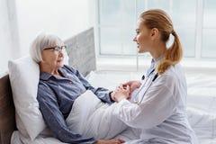 Parler thérapeutique avec son client dans l'hôpital image stock