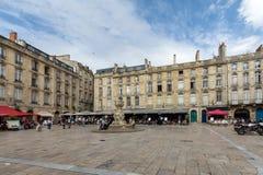 Parliament Square o Place du Parlement Cuadrado histórico que ofrece una fuente adornada, los cafés y los restaurantes en Burdeos fotografía de archivo libre de regalías