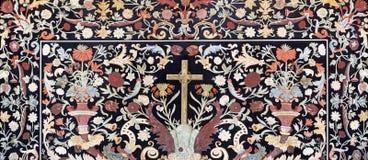 Parma - il mosaico floreale di pietra Pietra Dura con l'incrocio sull'altare laterale in Di Santa Cristina di Chiesa della chiesa Immagine Stock
