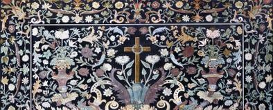 Parma - il mosaico floreale di pietra Pietra Dura con l'incrocio sull'altare laterale in Di Santa Cristina di Chiesa della chiesa Fotografia Stock Libera da Diritti