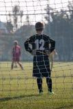 Parma, Itália - em setembro de 2015: Pouco jogador de futebol: Goleiros com as luvas na frente do objetivo Foto de Stock Royalty Free
