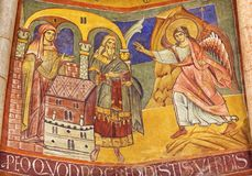 PARMA ITALIEN - APRIL 16, 2018: Kupolen med frescoesna i iconic stil för byzantine i Baptistery antagligen vid Grisopolo arkivbild