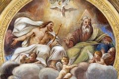 PARMA ITALIEN - APRIL 16, 2018: Takfresoen av den heliga Treenighet i kyrkliga Chiesa di Santa Croce arkivfoton