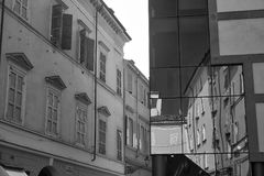 Parma Italien: Cesare Battisti fyrkant, reflexioner Royaltyfria Foton