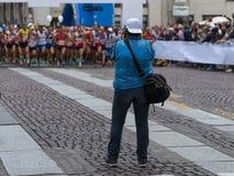 Parma Italien - september 2017: Sportfotograf Shooting Marathon Runners som är klar för loppet på den startande linjen Arkivbilder