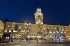 PARMA WŁOCHY, KWIECIEŃ, - 18, 2018: Pałac Palazzo Del Governatore - gubernatora ` s pałac przy piazza Garibaldi przy półmrokiem obrazy stock