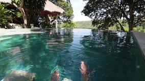 Parmanfot i simbassäng Tropisk ö Nusa Lembongan, Indonesien Pölen på klippan stock video