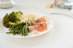 Parmaschinken, Spargel und Arugulabrokkoli, gesunde Ernährung, Diät lizenzfreie stockfotografie