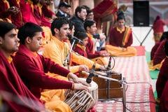 Parmath Nikethan聚会所的甘加Aarti (瑞诗凯诗,印度)音乐家 库存照片