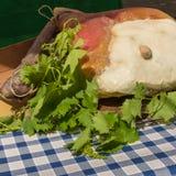 Parme entier feuilles crues de Ham Leg, de saucisse et d'érable sur la table Image libre de droits