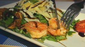 Parmesão do foguete da salada com camarão, tomates, figos e pimenta filme