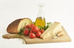 Parmesam italiano y otros ingredientes Imagen de archivo libre de regalías