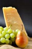 Parmesan, druvor och pears Arkivbild