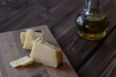 Parmesan och olivolja brunt trä för bakgrund arkivfoto
