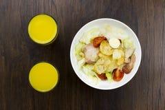 Parmesan sain délicieux de croûtons de tomates de nourriture de jus d'orange de salade de César et mozzarella frais sur le fond e Photo stock