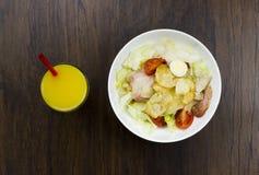 Parmesan sain délicieux de croûtons de tomates de nourriture de jus d'orange de salade de César et mozzarella frais sur le fond e Image stock