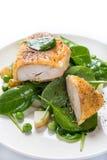 Parmesankäse-Huhn mit Frühlings-Gemüse Stockfotos