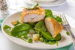 Parmesankäse-Huhn mit Frühlings-Gemüse Stockbilder