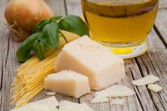 Parmesankäse mit Isolationsschlauch und tomatoe Lizenzfreies Stockfoto