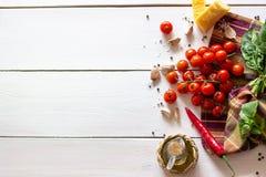 Parmesankäse, Tomaten, Olivenöl und andere Bestandteile für Salatsoße Weißer Hintergrund stockbilder