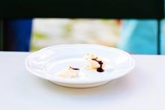 Parmesankäseparmesankäse überstiegen mit Balsamico-Essig Stockfoto