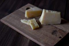 Parmesankäseparmesankäse auf einem hölzernen Brett Hölzerner Hintergrund stockbilder