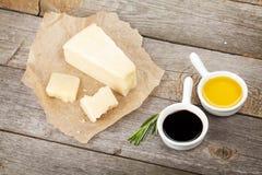 Parmesankäseparmesankäse, -kräuter und -gewürze Stockbild
