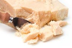 Parmesankäseparmesankäse mit Messer Stockbild