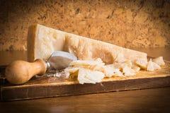 Parmesankäseparmesankäse mit Messer Stockfotografie