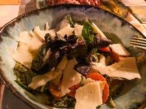 Parmesano y Rocket Salad servidos en el restaurante imagenes de archivo