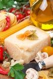 Parmesanost, kryddor, tomater, olivolja, pasta Royaltyfria Bilder