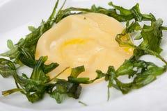 Parmesanravioli med stekt rucola Royaltyfri Foto