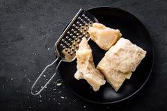 Parmezański ser na czarnym tle obrazy stock