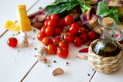 Parmezaanse kaas, tomaten, olijfolie en andere ingrediënten voor slasaus Witte achtergrond royalty-vrije stock foto's