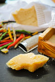 Parmezaanse kaaskaas De geraspte kaas van de Parmezaanse kaas Olive Wood Parmesan Che royalty-vrije stock fotografie
