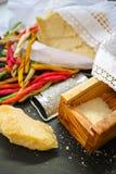 Parmezaanse kaaskaas De geraspte kaas van de Parmezaanse kaas Olive Wood Parmesan Che royalty-vrije stock afbeelding