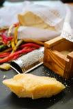 Parmezaanse kaaskaas De geraspte kaas van de Parmezaanse kaas Olive Wood Parmesan Che stock afbeeldingen