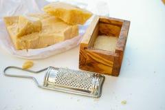 Parmezaanse kaaskaas De geraspte kaas van de Parmezaanse kaas Olive Wood Parmesan Che stock foto's