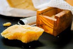 Parmezaanse kaaskaas De geraspte kaas van de Parmezaanse kaas Olive Wood Parmesan Che royalty-vrije stock afbeeldingen