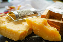 Parmezaanse kaaskaas De geraspte kaas van de Parmezaanse kaas Olive Wood Parmesan Che royalty-vrije stock foto's